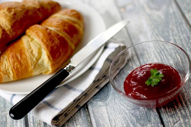 Croissants mit einer leckeren passierten Erdbeer Marmelade